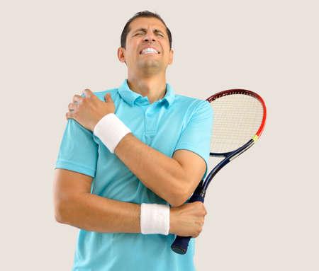 Ontsproten van een tennisspeler met een schouderverwonding over witte achtergrond Stockfoto - 66207756