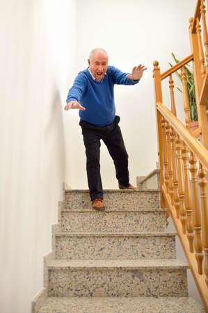 senior man naar beneden vallen op de trap in het huis