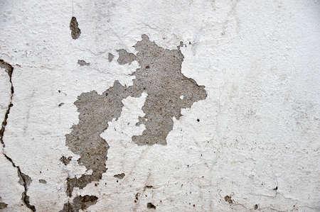 Nahaufnahme der abgebrochenen Farbe auf weißer Wand Standard-Bild - 71253301
