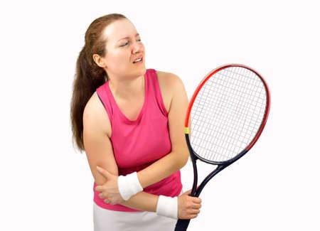 luxacion: jugadora de tenis con lesión en el codo que sostiene la raqueta aislada sobre fondo blanco
