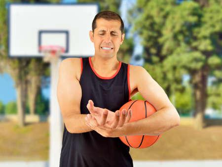 luxacion: El jugador de baloncesto con una lesión en la muñeca al aire libre Foto de archivo