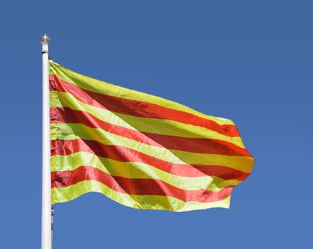 Close-up van Catalaanse Senyera vlag met blauwe hemel