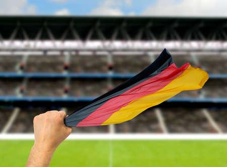 Deutscher Fan, der die Flagge von Deutschland am Stadion hält. Internationales Fußballereignis. Standard-Bild - 90997171