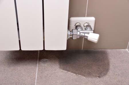 fuite d'eau à travers l'écrou du tube du radiateur de chauffage Banque d'images