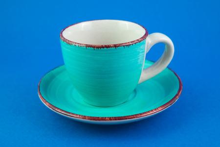 blu: Tazza turchese e piattino su sfondo blu