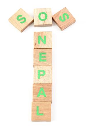 sismográfo: sos nepal escrito con letras de madera Foto de archivo
