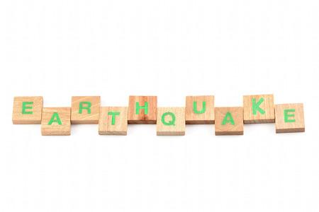 sismográfo: terremoto escrito con letras de madera