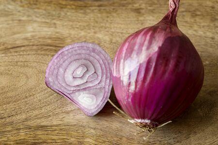 onion red: cebolla roja en la mesa de madera