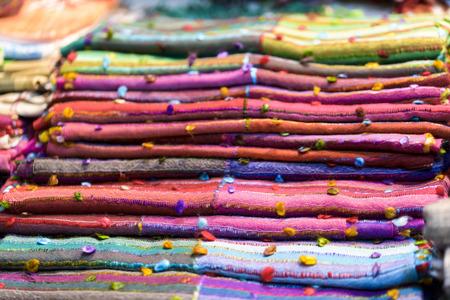 foulards: pila di sciarpe di cotone multicolore