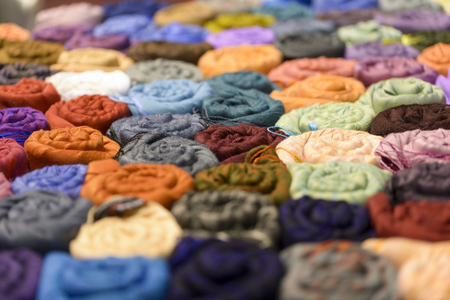sciarpe: molte sciarpe multicolori in negozio per lo sfondo
