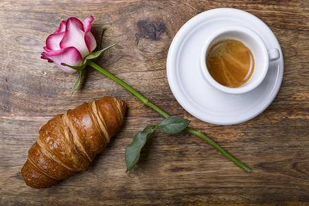 desayuno romantico: café, croissant y se levantó para el desayuno romántico