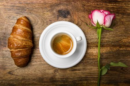 desayuno romantico: caf�, croissant y se levant� para el desayuno rom�ntico