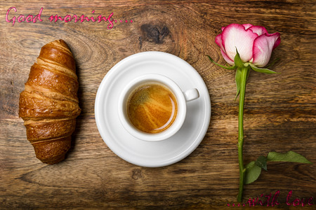 desayuno romantico: caf�, croissant y se levant� para el desayuno rom�ntico y buenos d�as ... escrita con amor