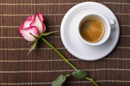 desayuno romantico: café y rosas en la hoja para el desayuno romántico