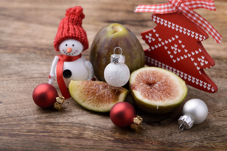 snowman wood: fig on wood with snowman and christmas tree balls