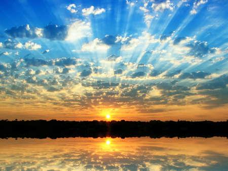 Sunrise im Sommer zu kleinen bewölkt  Standard-Bild