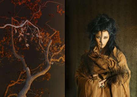 여자는 나무 옆에 깃털을 들고 스톡 콘텐츠