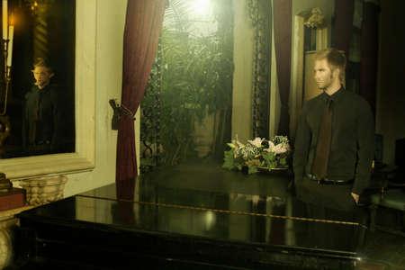 mental object: j�venes sofisticados hombre mirando en un espejo