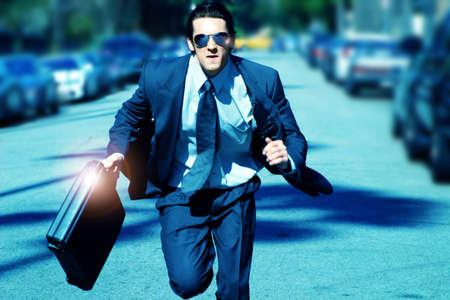 huir: joven hombre de negocios en funcionamiento con malet�n