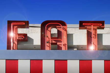 obesidad infantil: rojo y blanco de grasa firmar contra el cielo azul