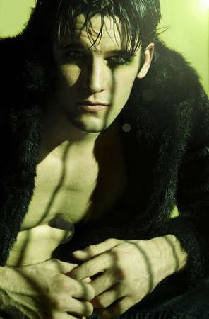 goth man met make-up in zwart bont