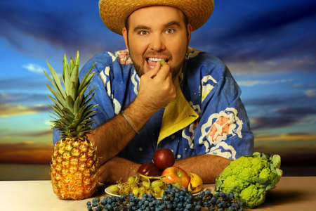 hombre comiendo: gran hombre de comer frutas por la playa