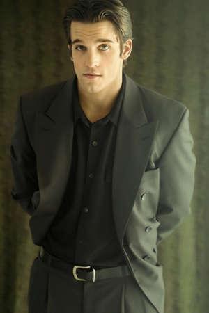 회색 - 녹색 양복에 젊은 남자의 3 분기 사진