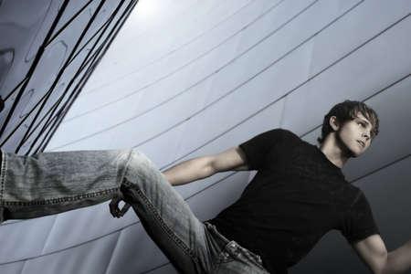 ジーンズ againstfuturistic 金属背景で男性モデル