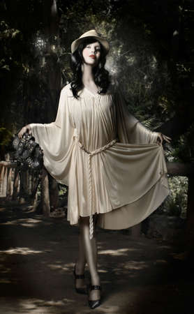urban jungle: Hermosa mujer modelo forestal permanente en la celebraci�n de elegante bolso