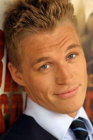 young male model: Close-up retrato de la joven modelo masculino con una ligera sonrisa Foto de archivo