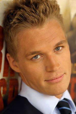 young male model: Close-up retrato de los j�venes de sexo masculino en el modelo de corbata