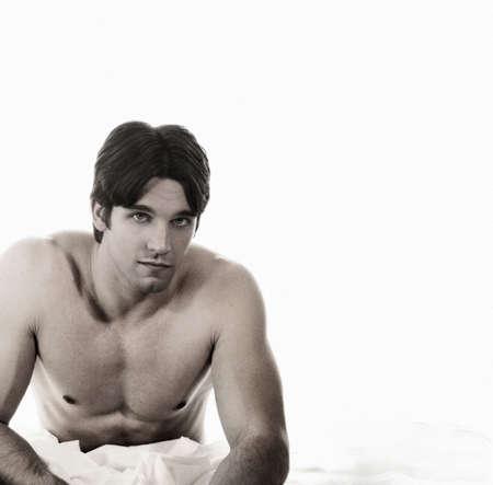 ni�o sin camisa: Retrato de joven atractivo hombre sin camisa en color sepia con el grano de pel�cula ligera textura efecto. Foto de archivo