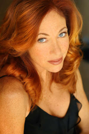 黒のセクシーな赤毛の女性のクローズ アップの肖像画