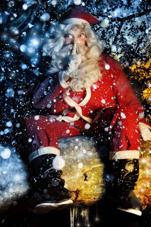 snow falling: Colorful divertente ritratto di magico di Babbo Natale con la neve caduta Archivio Fotografico