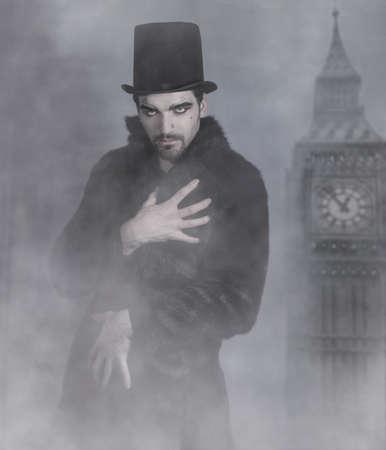 bontjas: Mysterieus knappe man in bontjas en hoge hoed, omringd door mist Stockfoto