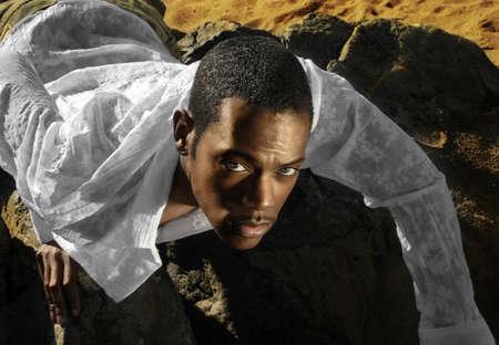 Fashion portret van jonge mannelijke model in de woestijn
