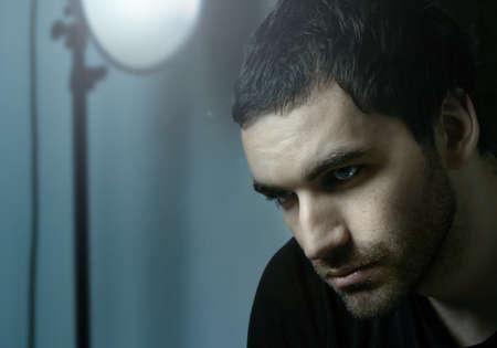 tough: Dram�tico retrato sombr�o de los j�venes graves modelo masculino