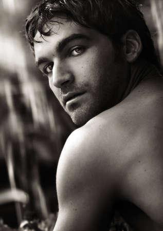 ビューアーに向かって回し美しい若い男の美術クローズ アップ黒と白の肖像画 写真素材