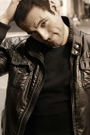머리에 손을 클래식 가죽 재킷에 좋은 찾고 남자의 초상화