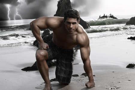 descamisados: J�venes sin camisa muscular hombre en la playa con olas de tormenta y en el fondo