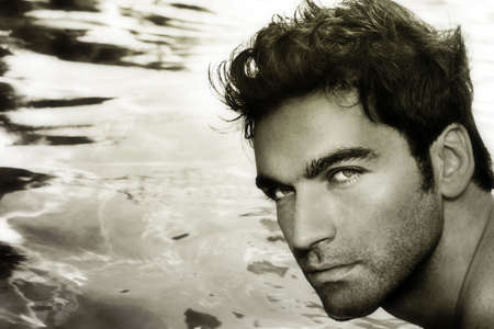 hombres sin camisa: Close up retrato en tonos sepia ligero contra el agua