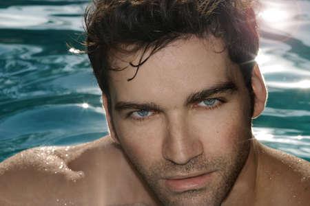 hombres sin camisa: Closeup retrato de hombre sexy caliente en la piscina Foto de archivo