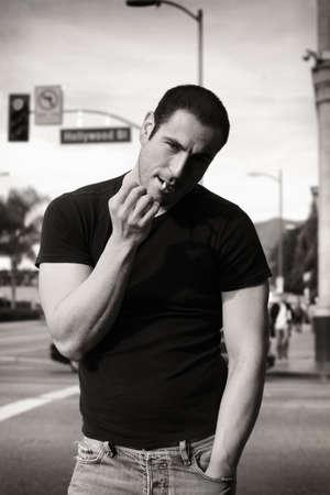 Klassiek zwart en wit portret van ruige knappe man met roken