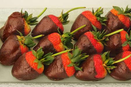 chocolate covered strawberries: Grupo de chocolate fresas cubiertas en luz c�lida