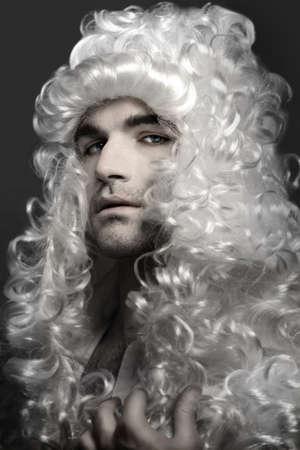 french renaissance: Hombre joven noble en maquillaje de polvo blanco y peluca  Foto de archivo