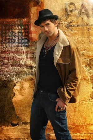 male fashion model: Modelo de elegante moda masculina moda contra el antiguo muro
