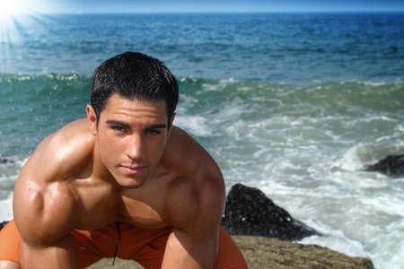 bel homme: Jeune mod�le masculin beau sur la plage.  Banque d'images