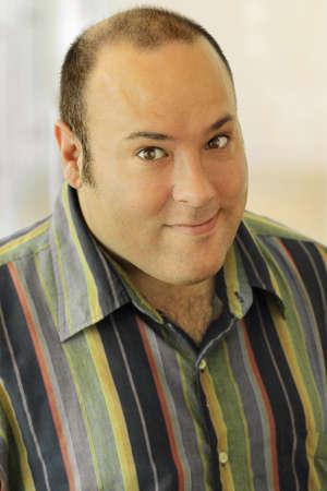 Gelukkig man in casual kleding lachend met een grappige expressie Stockfoto