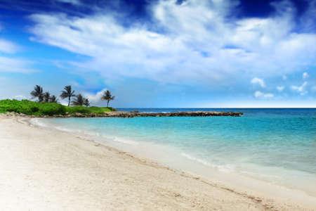 Perfecte tropische strand met wit zand, duidelijk turkoois water en dramatische blauwe hemel