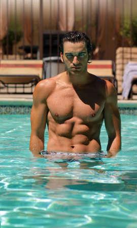 Jóvenes bien buscando hombre musculoso en pool  Foto de archivo - 7710746